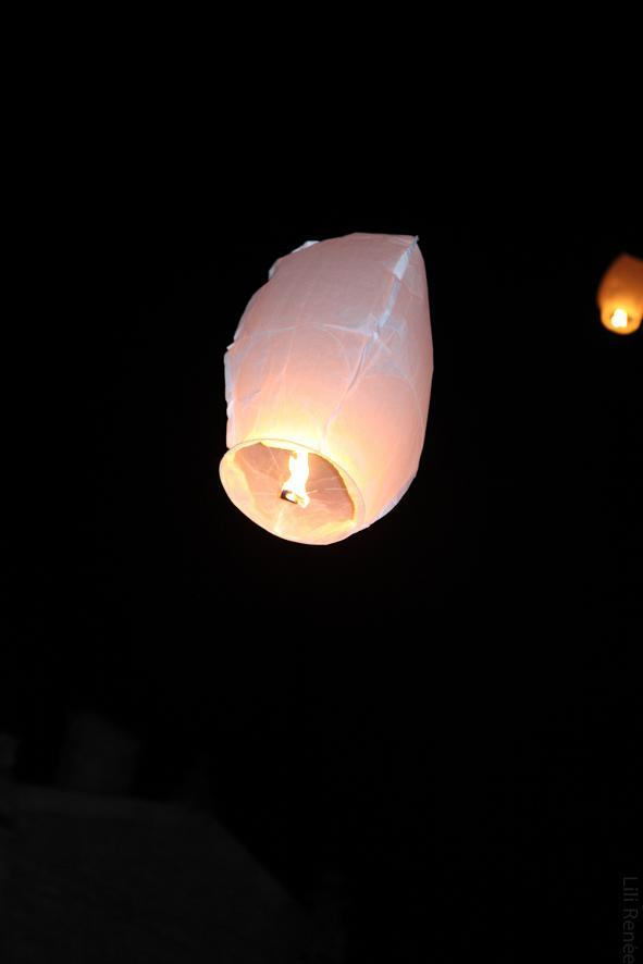 Lâcher de lanternes volantes lors d'un mariage